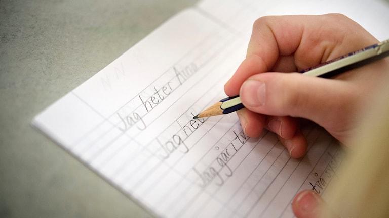 """Elev skriver """"Jag heter""""."""