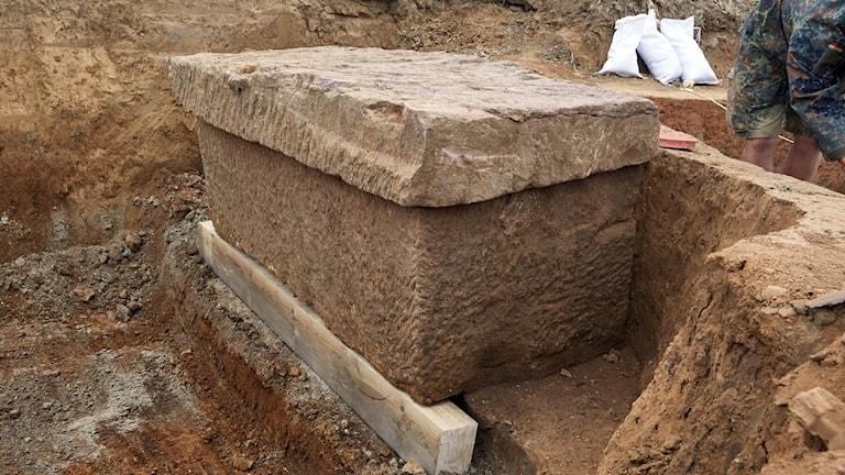 En kista i sten.