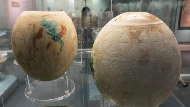 Två dekorerade strutsägg från Isis-graven (ca. 560 fvt) funnen vid utgrävningar i den tidigare etruskiska staden Vulci.