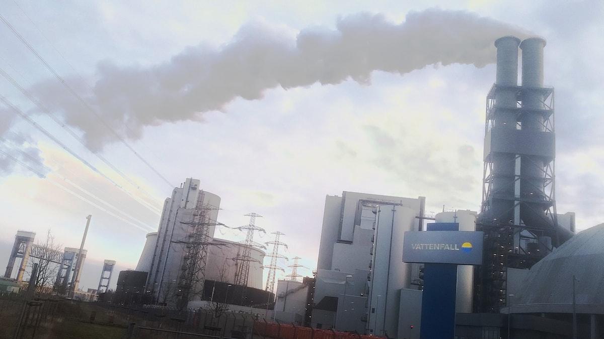 Rök bolmar ur skorstenen på Vattenfalls kolkraftverk Moorburg i Hamburg.