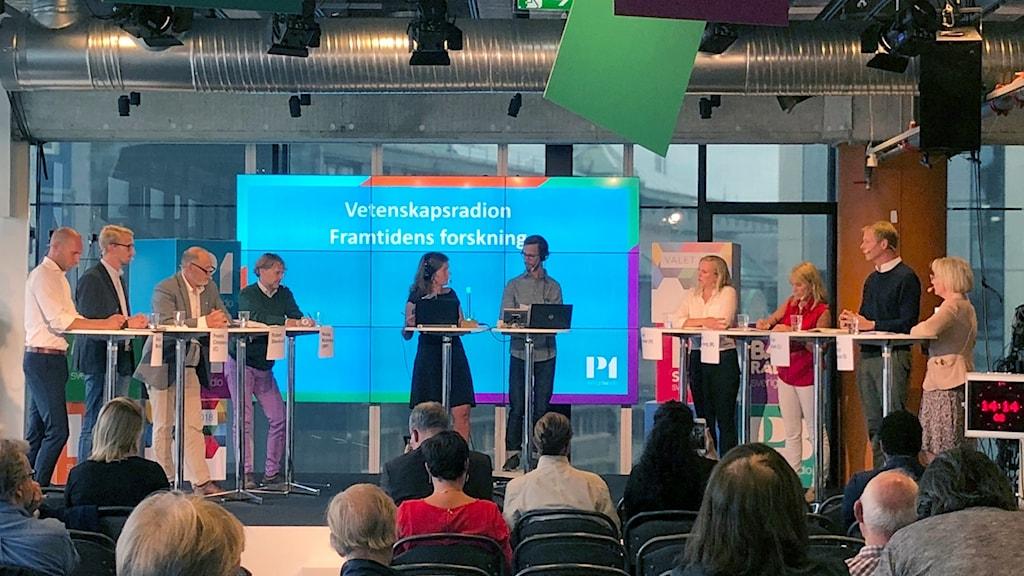 Samtliga riksdagspartiers forskningspolitiska talespersoner står på scen tillsammans med programledaren Lena Nordlund och producent Björn Gunér.