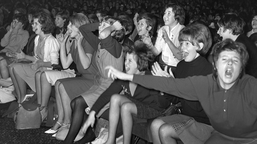 Skrikande fans på konsert med The Beatles i Plymouth, England.