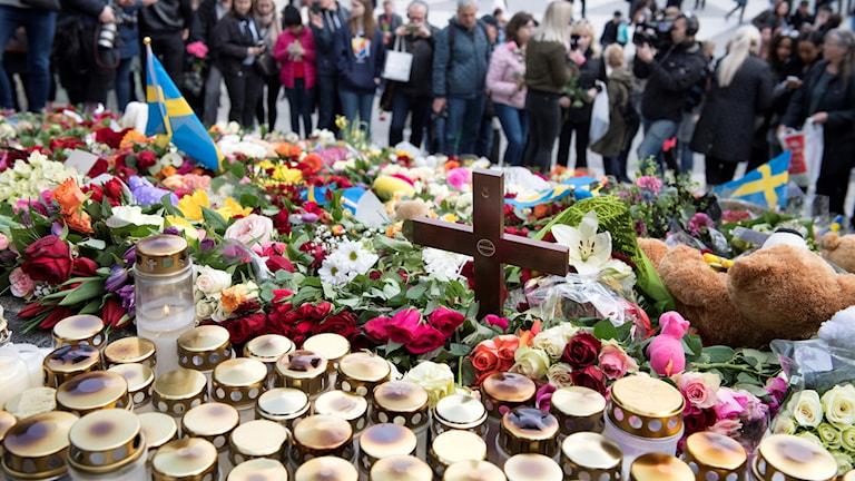 blommor och ljus på Sergels torg i Stockholm