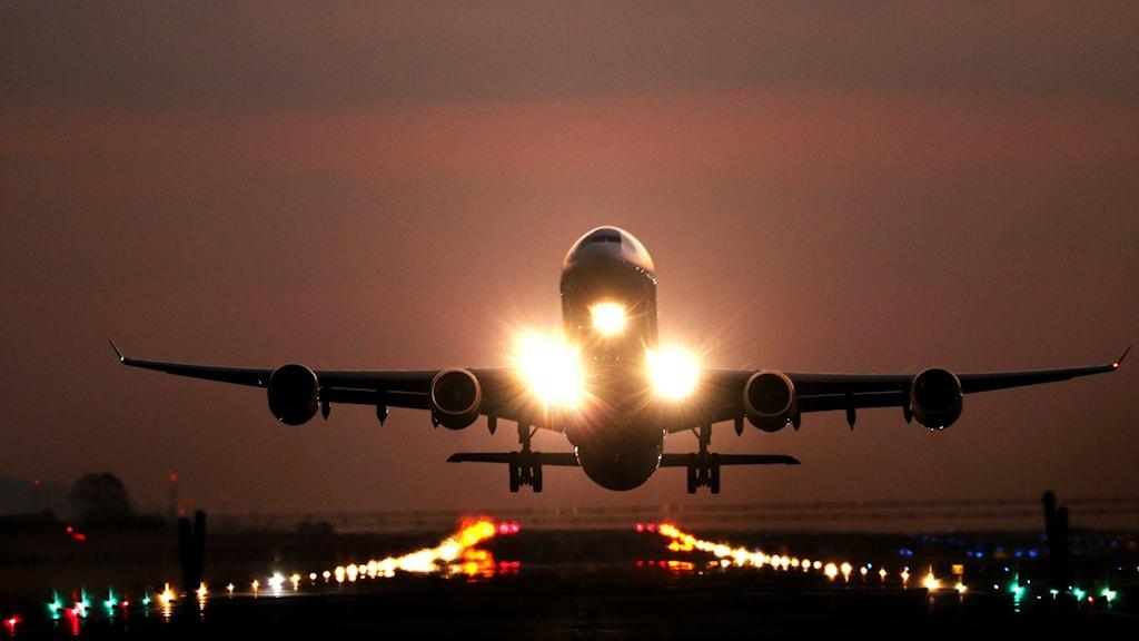 Ett flygplan som håller på att lyfta från en landningsbana.