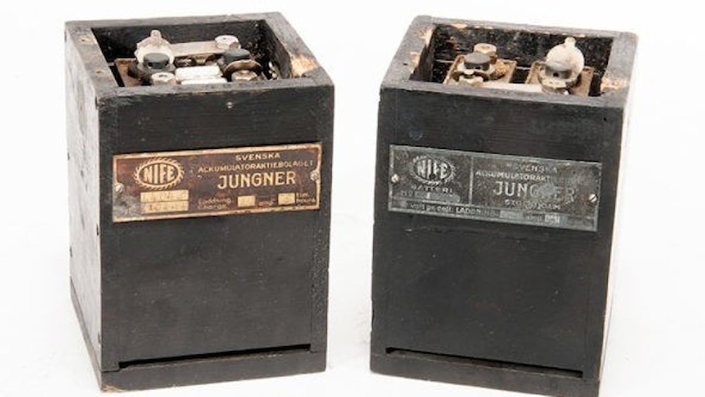 Två lådor av trä med etiketter av metall.