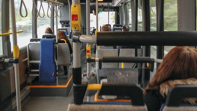 Få personer på en buss