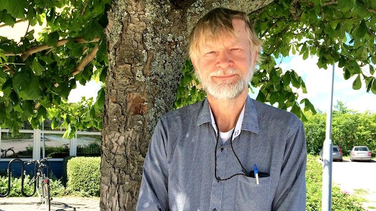 Göran Thor, professor Sveriges lantbruksuniversitet, Uppsala. framför ett träd.