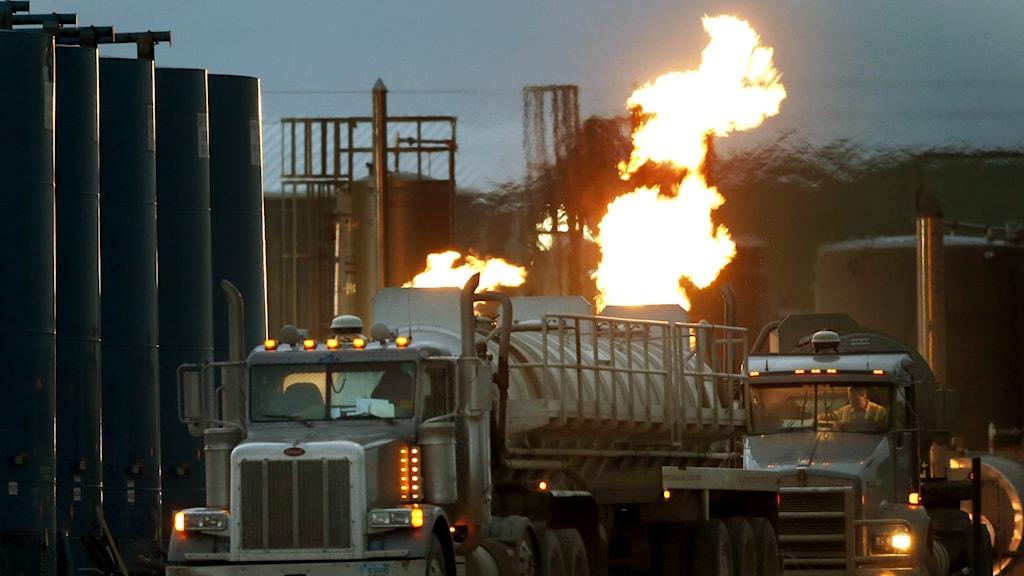 Överskott av naturgas bränns av vid ett naturgasfält.