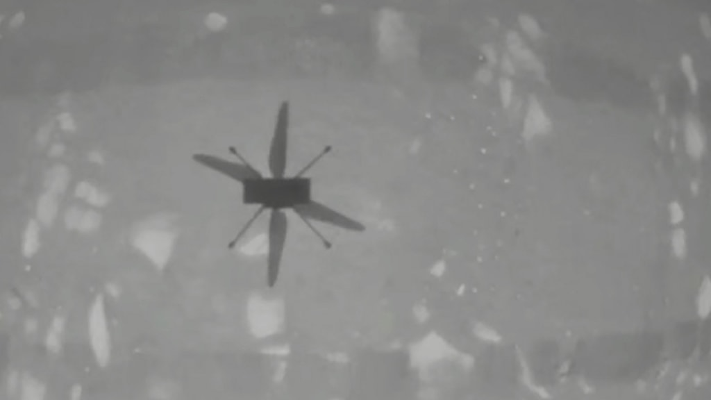 Svartvit bild på marshelikoptern Ingenuitys första flygning.
