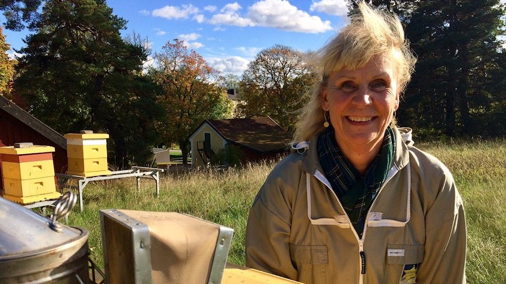 Professor Eva Forsgren bland bikuporna på Ultuna, Sveriges lantbruksuniversitet.