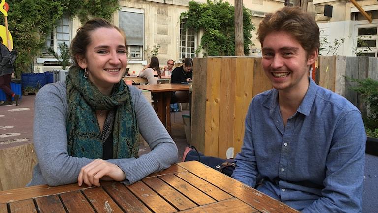 Två studenter som sitter vid ett bord.