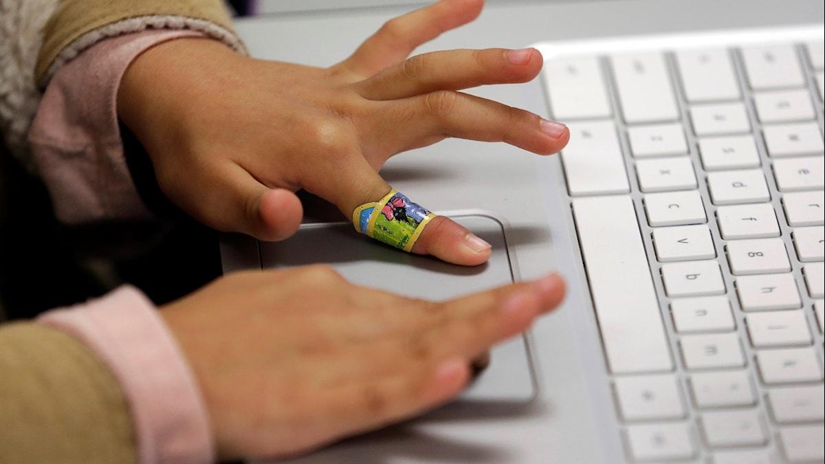 dator och ett barns händer