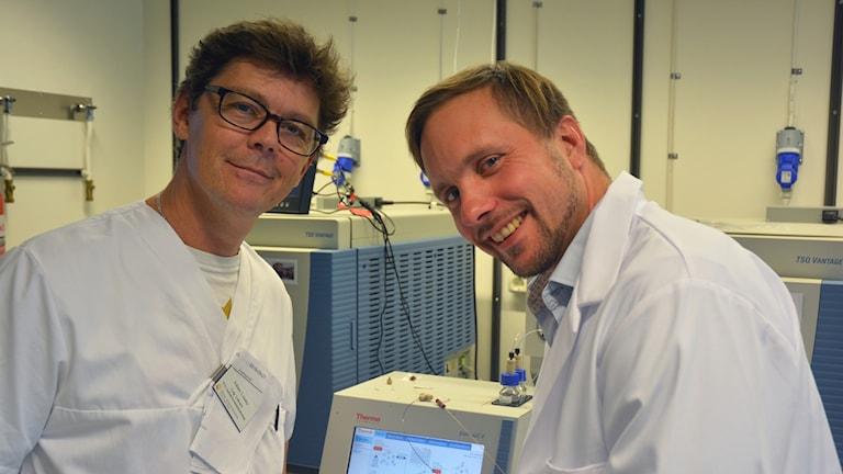 Adam Linder med kollega i labbet