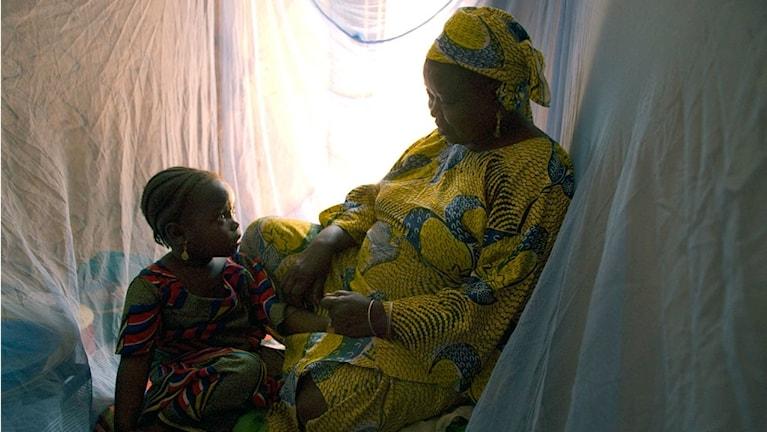 Familj i Nigeria under malarianät.