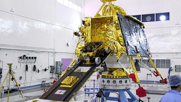 Delar av Chandrayaan-2 i labbmiljö - inklusive fordonet som ska åka runt på månen och ta prover.