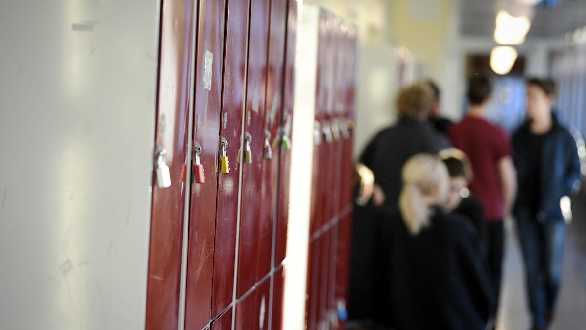 Barn i skolkorridor.
