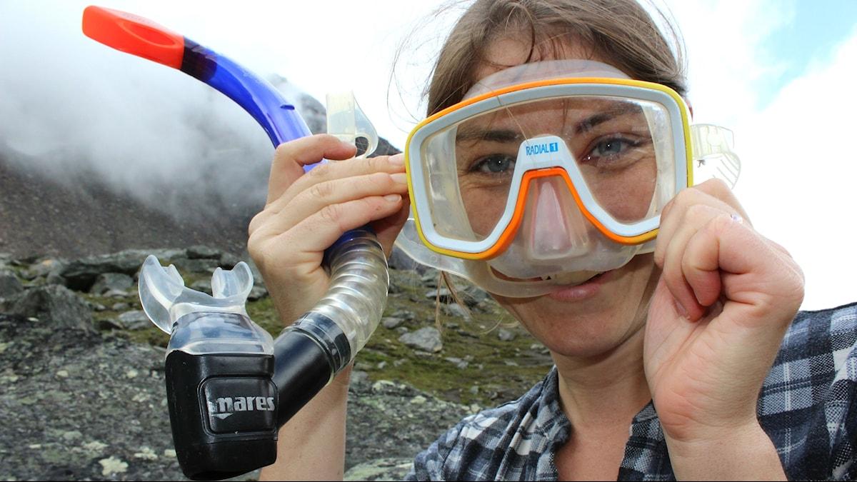 Biologen Sarah Atherton som håller en cyklop framför ansiktet