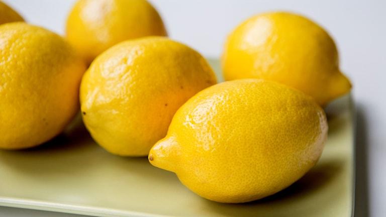 Citroner i en skål.