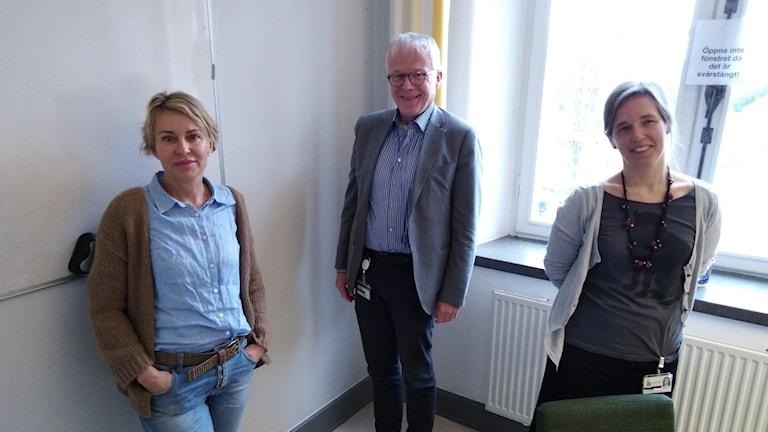 Tre personer verksamma i arbetet på sjukhusets universitetsbibliotek poserar för en bild.