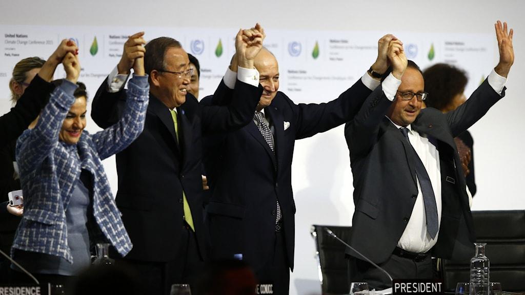 FN:s generalsekreterare, Frankrikes president med flera gör en gemensam segergest med händerna i vädret.
