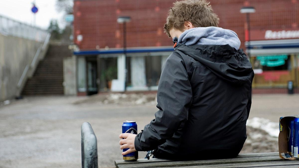 Tonåring med ölburk