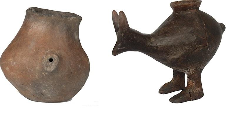 Keramik-pipmuggar i olika färg och form. En är formad som ett litet djur.