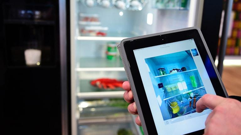 kylskåp med kamera som håller koll på varor