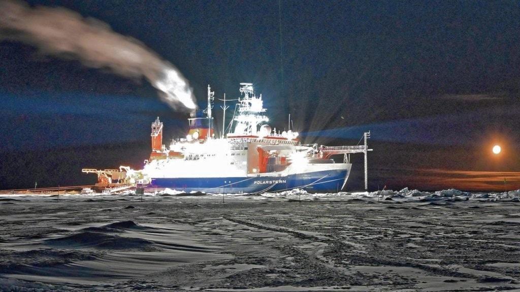 Isbrytaren Polarstern med en grön laser i fören