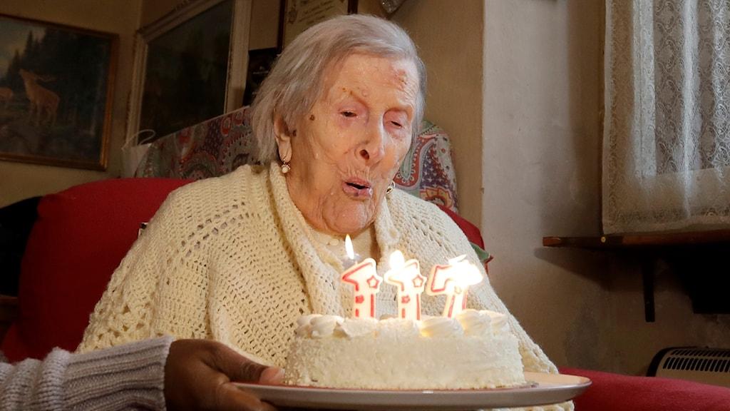 Emma Morano framför sin tårta med siffran 117 som tända ljus.
