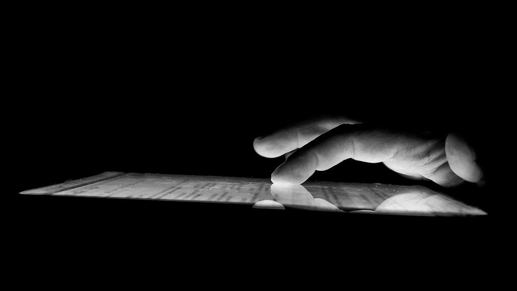 en hand tar på en surfplatta