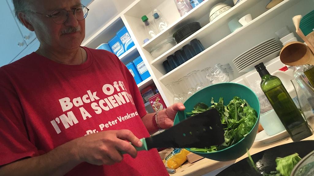 Professor Stefan Jansson lagar ett crispr-mål i köket.