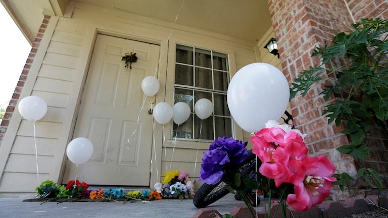 Ballonger och blommor utanför en villadörr där en familj mördats 2015 i USA, av den som tidigare hade en relation till mamman.