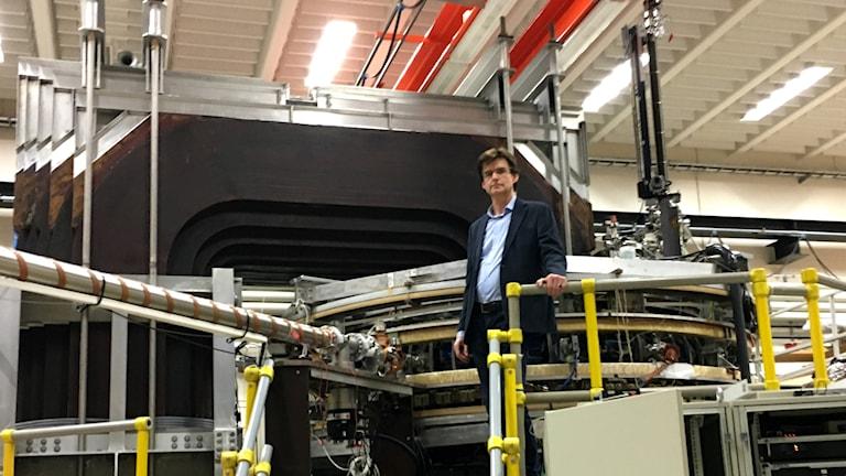 Jan Scheffel, professor i fusionsplasmafysik, står vid försöksreaktorn för fusion på KTH i Stockholm.