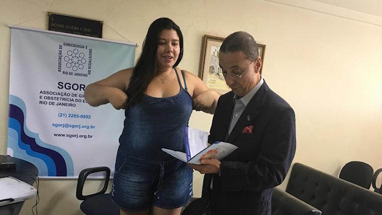 Gynekologiprofessor Mauro Romero Leal Passos vid Fluminense federala universitet tittar på Jamile Pedrosa Ferreira Souza Vieiras journaler från den förra graviditeten som slutade i att barnet dog av syfilis. Det här fallet är ett exempel på att mödravården inte fungerar tillräckligt bra i Brasilien anser han.