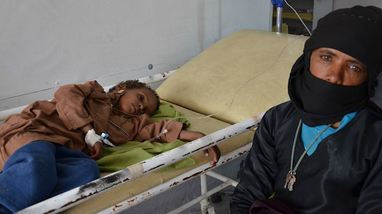 Pojke med kolera får drobb i sjukhussäng.