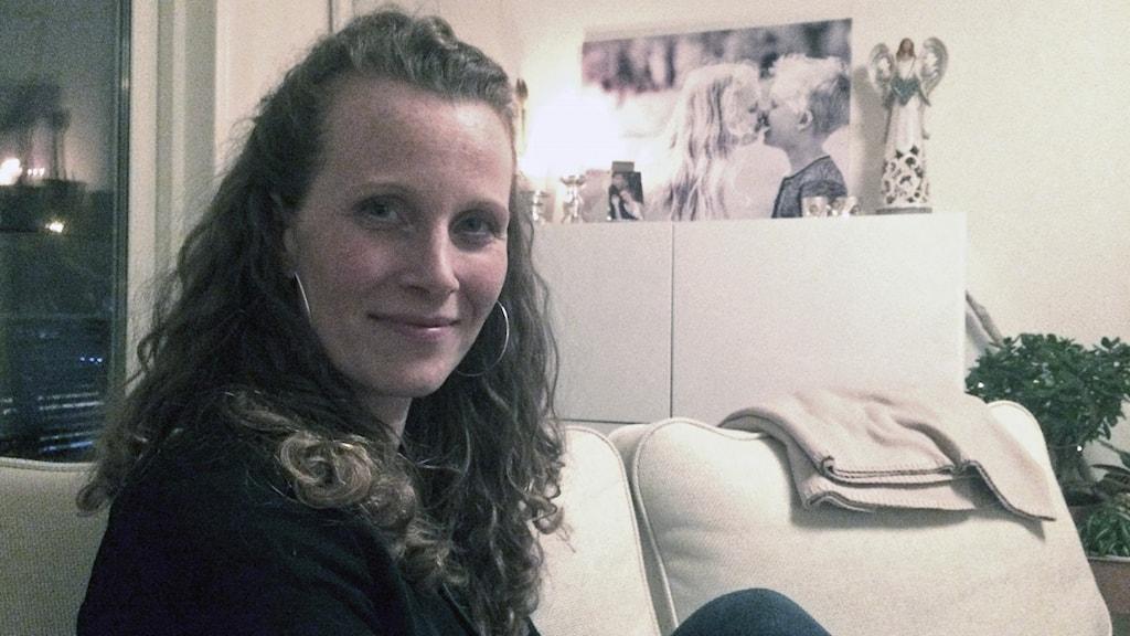Josefina Viira hemma i soffan