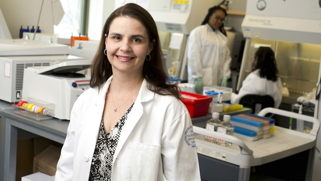 Forskaren Marina Caskey i sitt labb på Rockefeller University.