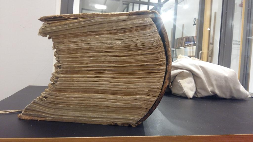 En mycket tjock bok på 1000 sidor, en brottsutredning från 30-talet på Stadsarkivet i Stockholm.