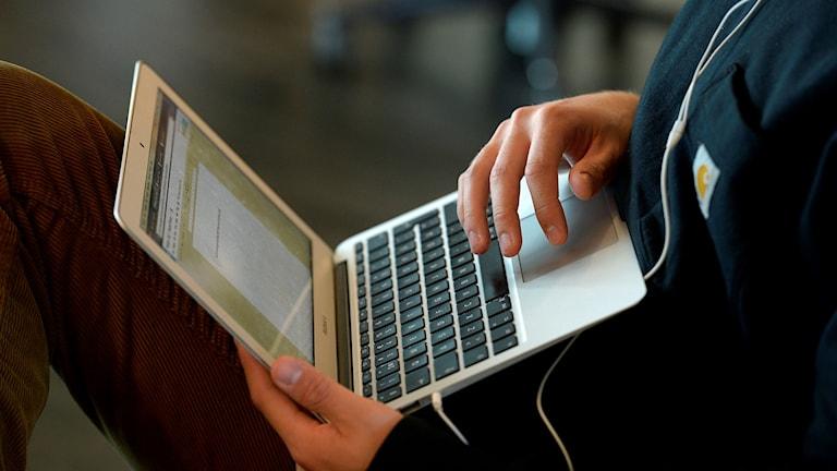 elev med dator i famnen