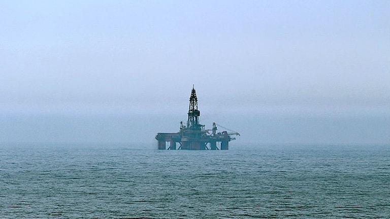 En oljeplattform på avstånd i Nordsjön.