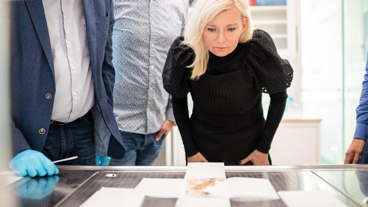 Bea Uusma står böjd över Andrées sista dagbok.