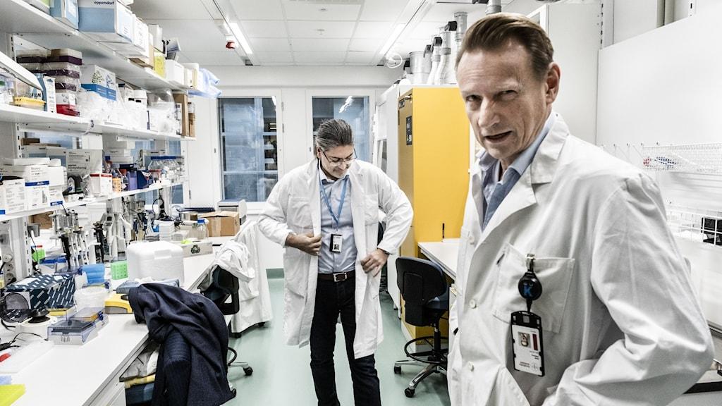 Matti Sällberg och Ali Mirazimi på karolinska institutets labb