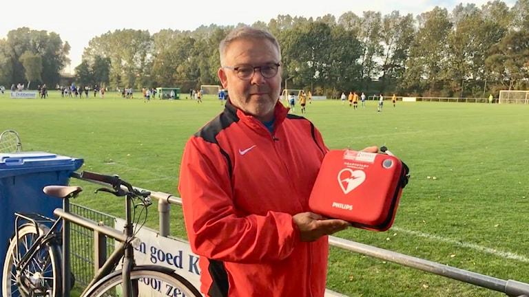 Nederländska fotbollsklubben Kadoelens huvudtränare Arie Seekles räddade livet på en moståndare med en hjärtstartare