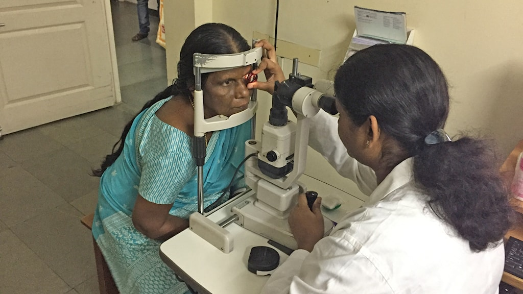 Läkare tittar in ögon