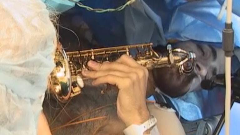 Dan Fabbio spelar saxofon under hjärnoperation.