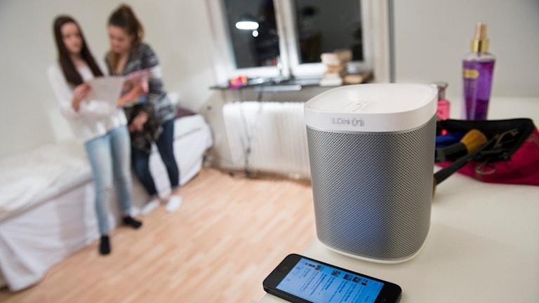 En högtalare står på ett bord i ett hem.