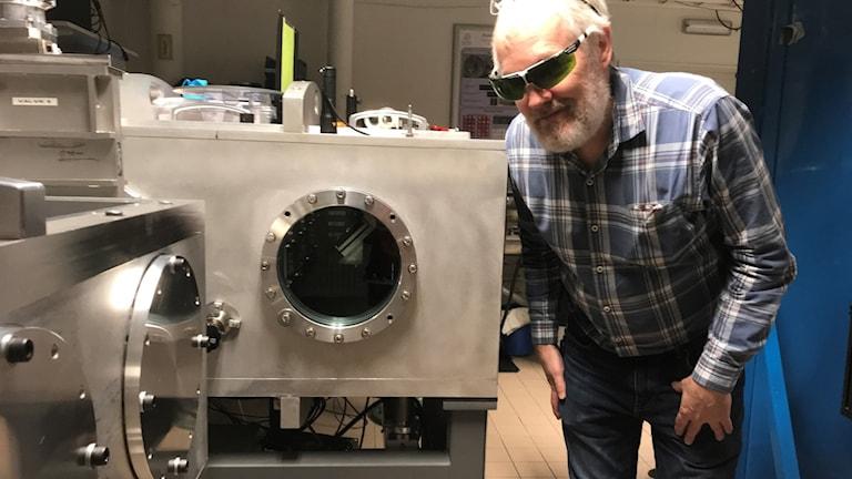 Anders Person i labbet på lasercentret.