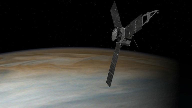 Rymdsonden Juno med Jupiter i bakgrunden.