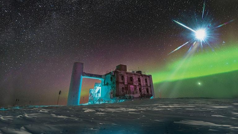 En konstnärs bild av neutrinoobservatoriet Ice Cube på Antarktis.