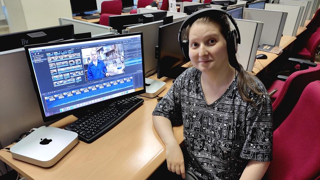 Bild på Alexandra Elbakyan vid en dator.
